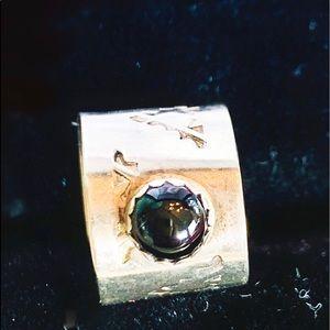 Cuff earring with garnet stone and arrow markings